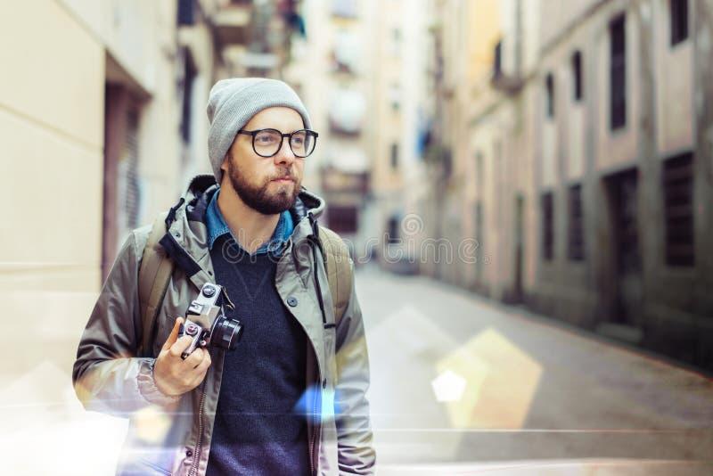 Männlicher Tourist mit Retro- Kamera stockbilder