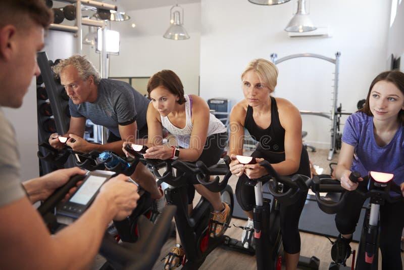 Männlicher Trainer Taking Spin Class in der Turnhalle stockfotos