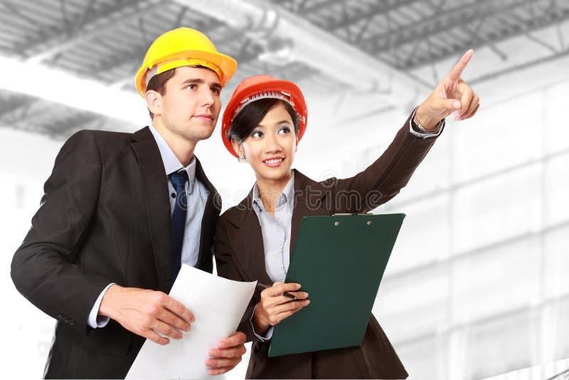 Männlicher und weiblicher Architekt an der Baustelle lizenzfreie stockfotos