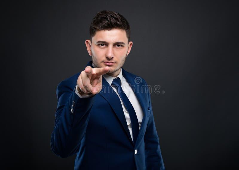 Männlicher Unternehmer, der das Aufpassen Sie macht zu gestikulieren stockfotografie