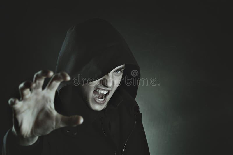 Männlicher Vampirsangriff stockfotografie