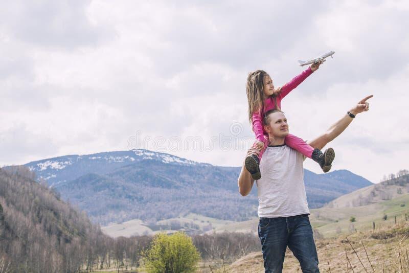 Männlicher Vater und ein kleines Baby mit weißem Spielzeugflugzeug in ha stockfotografie