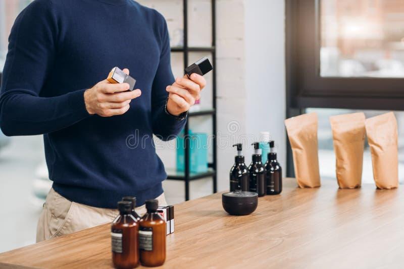 Männlicher Verkäufer bietet fremde Waren an lizenzfreies stockbild