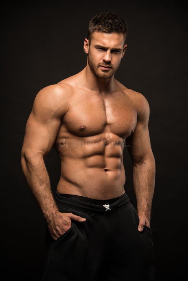 Männlicher vorbildlicher Konstantin Kamynin mit Muskeln stockfotografie