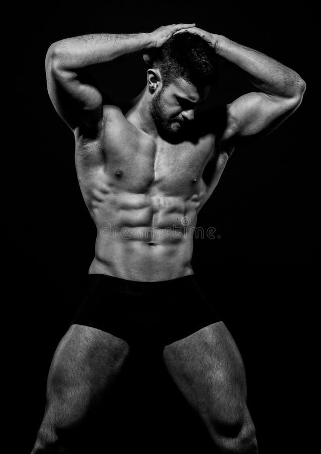 Männlicher vorbildlicher Konstantin Kamynin mit Muskeln lizenzfreies stockfoto