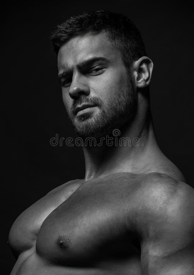 Männlicher vorbildlicher Konstantin Kamynin mit Muskeln lizenzfreies stockbild