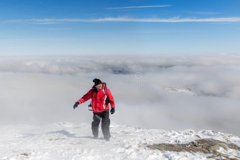 Männlicher Wanderer in den Karpatenbergen auf schneebedeckte Spitze stockfotos