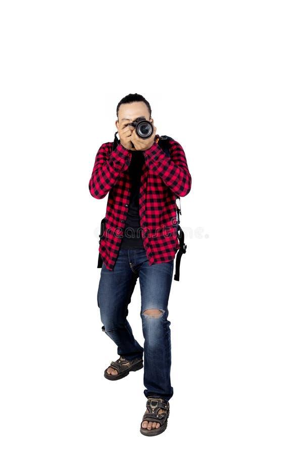 Männlicher Wanderer, der eine Digitalkamera verwendet stockbilder
