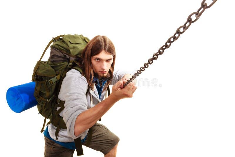 Männlicher Wanderer mit dem Rucksackklettern lokalisiert lizenzfreie stockbilder