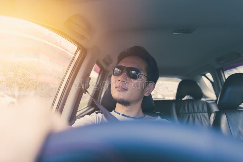 Männlicher Warenschwarzsonnenbrille-Antrieb ein Auto in der heißen Sommertagesreise lizenzfreie stockfotos
