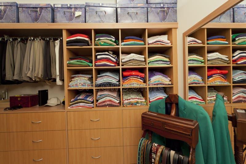 Männlicher Weg in der Garderobe lizenzfreie stockfotografie