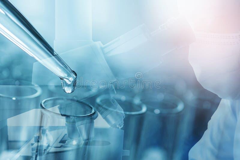 Männlicher Wissenschaftler, der Mikroskop für Proben chemischer Prüfungen durchführt, untersucht Laborgeräte und wissenschaftlich stockbild