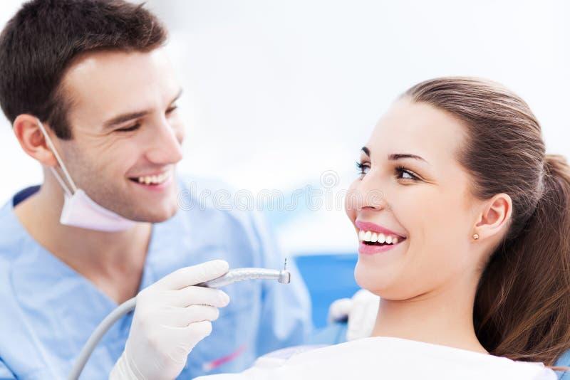 Männlicher Zahnarzt und Frau im Büro des Zahnarztes stockbilder