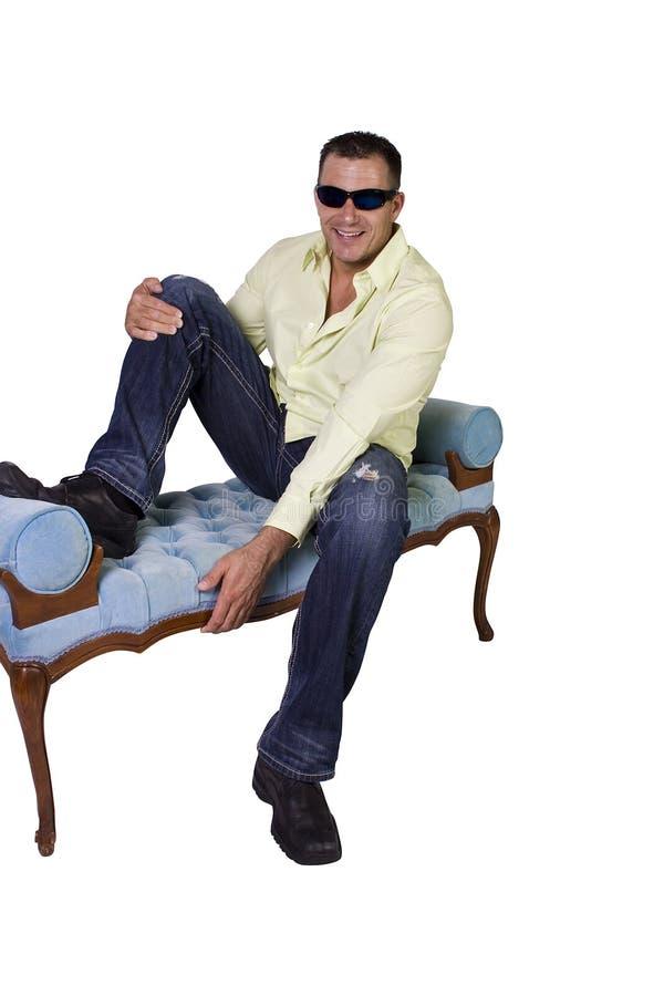 Männliches Baumuster in der modischen Ausstattung mit Sonnenbrillen lizenzfreie stockfotos
