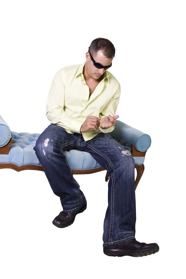 männliches Baumuster in der modischen Ausstattung mit Sonnenbrillen stockfoto