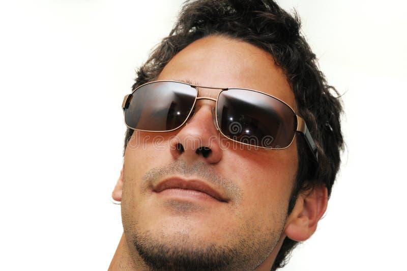 Männliches Baumuster mit Sonnenbrillen lizenzfreies stockfoto