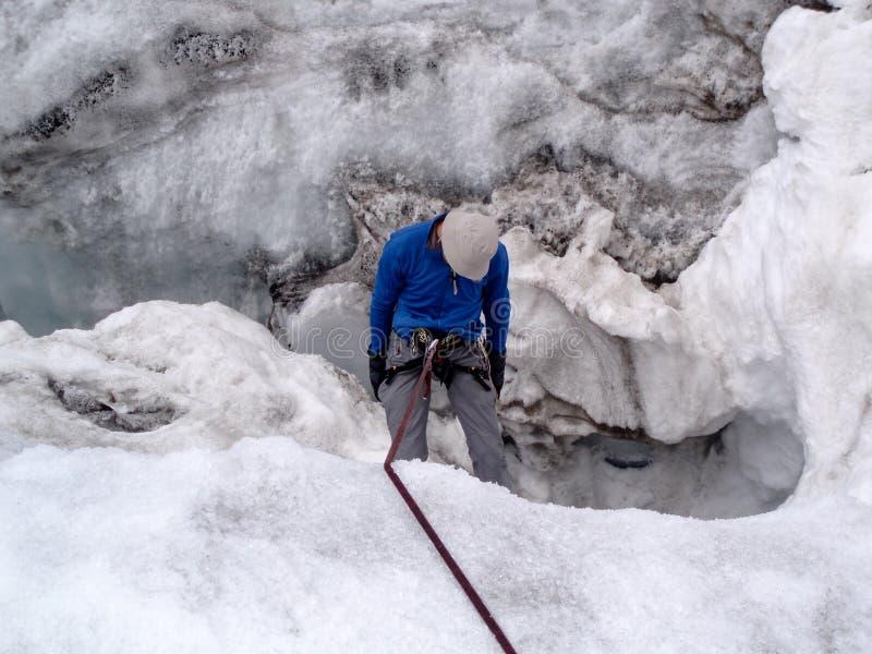 Männliches Bergsteigeropfer in einer Gletschergletscherspalte während einer Schulungsübung stockfotografie