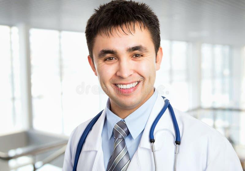 Männliches Doktorlächeln stockbilder
