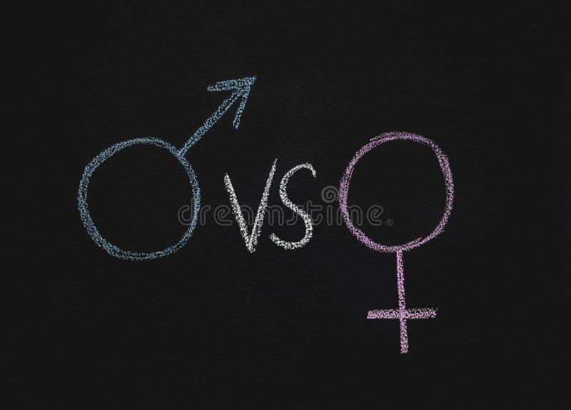 Männliches Geschlechtssymbol gegen Frau auf Tafel stockfotografie