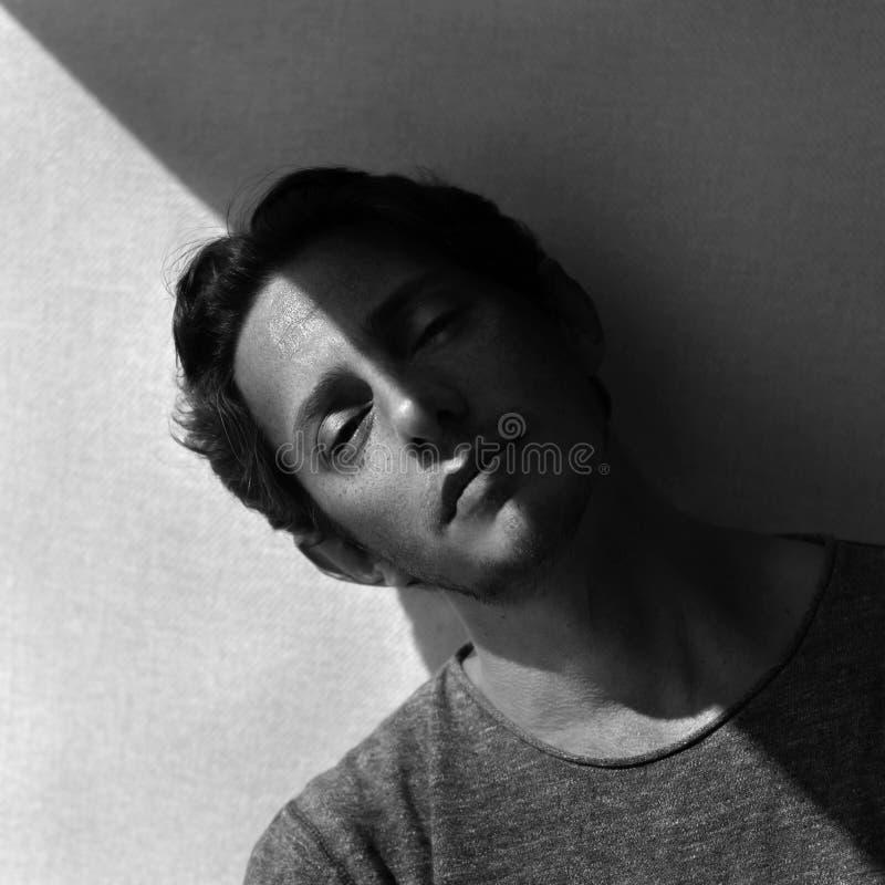 Männliches Gesicht mit diagonalem Schatten stockfotografie