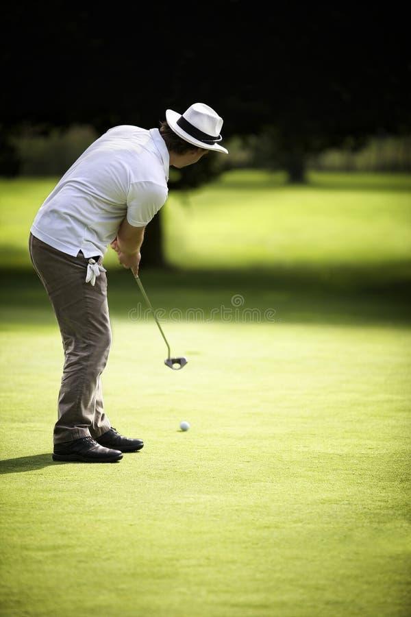 Männliches Golfspielersetzen stockfotos