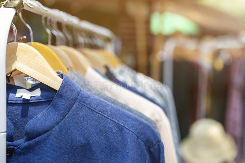 Männliches Hemd, das an der Schiene Markt am im Freien, männliche Mode hängt lizenzfreie stockbilder
