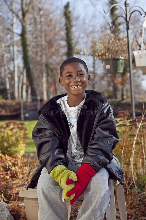 Männliches Kind des Afroamerikaners, das draußen spielt stockfotografie