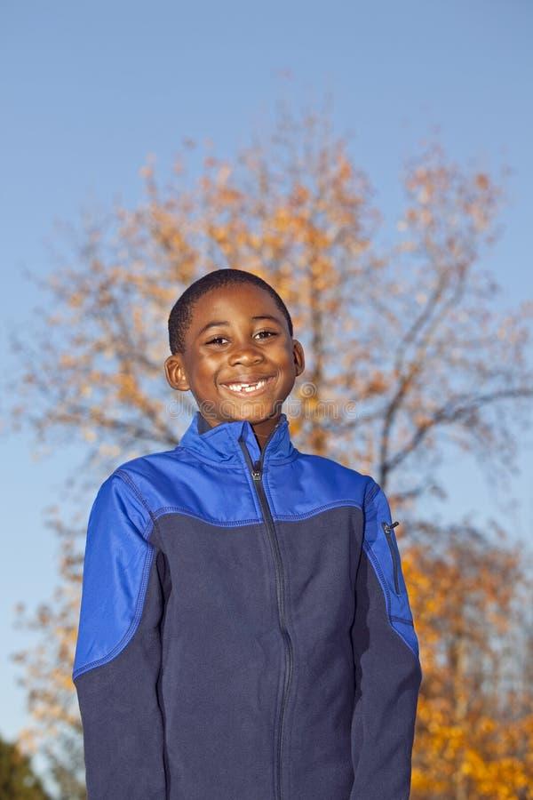 Männliches Kind des Afroamerikaners, das draußen spielt stockbilder