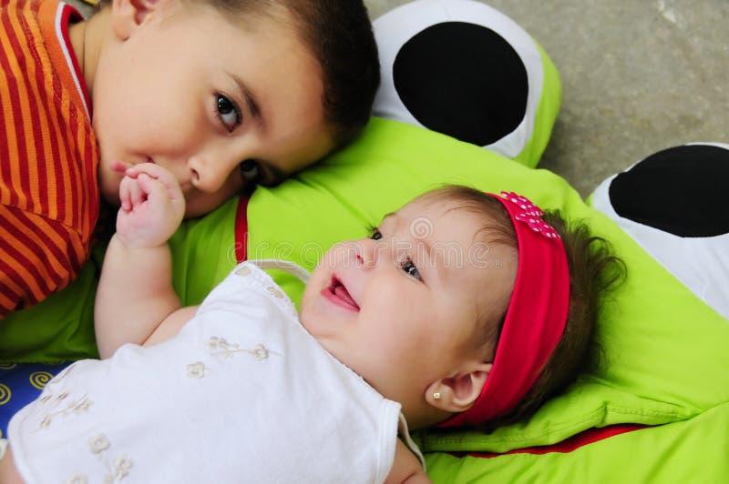 Männliches Kleinkind und Baby lizenzfreie stockbilder