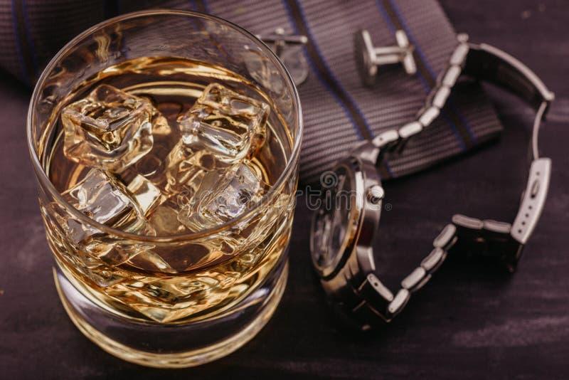 Männliches Konzept für den Vatertag Bindung, Uhren, Manschettenknöpfe und ein Glas Whisky mit Eis lizenzfreie stockbilder