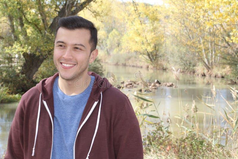 Männliches Lächeln der Mischrasse im Fall mit Kopienraum stockfoto