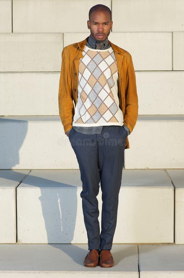 Männliches Mode-Modell des Afroamerikaners, das draußen steht stockfoto