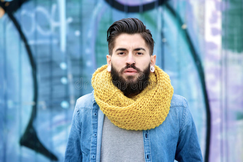 Männliches Mode-Modell mit Bart stockfotos