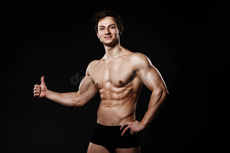 Männliches Modell der muskulösen und geeigneten jungen Bodybuildereignung, das Th zeigt lizenzfreies stockfoto