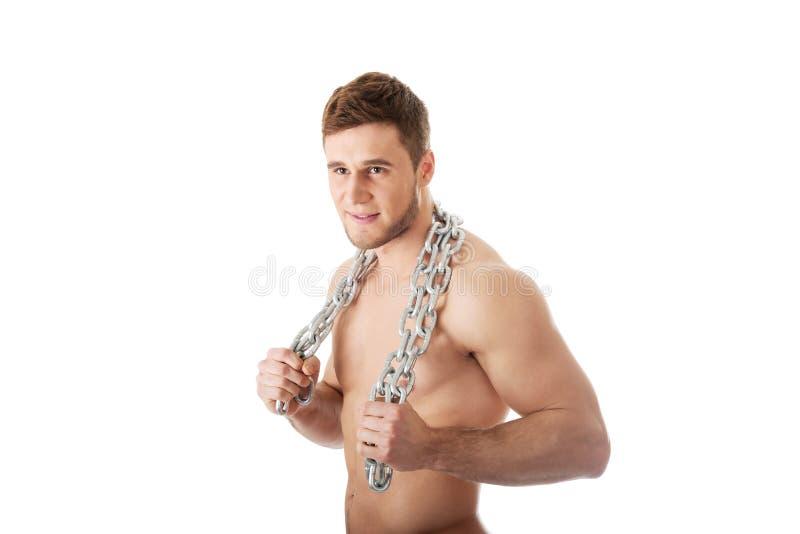 Männliches Modell der wohlen Gestalt mit Ketten über seinem Körper stockbilder