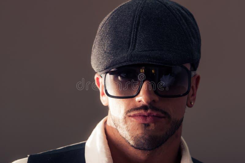 Männliches Modell des Porträts, das ein Barett trägt stockfoto