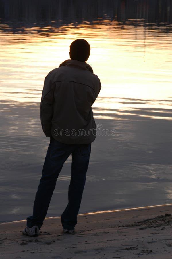 Männliches Schattenbild am Sonnenuntergang lizenzfreie stockfotografie