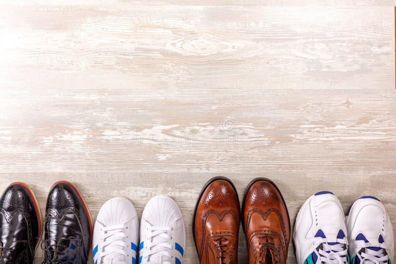 Männliches Schuhe collectionon hölzerner Hintergrund Männer ` s Modelederschuh-Ebenenlage lizenzfreies stockfoto