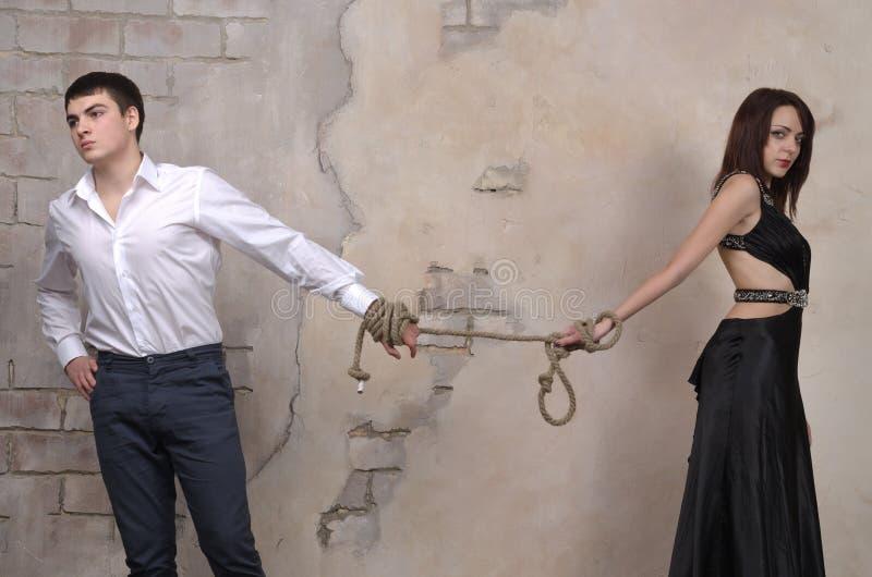 Männliches und weibliches Modell in einem Studio stockfotos
