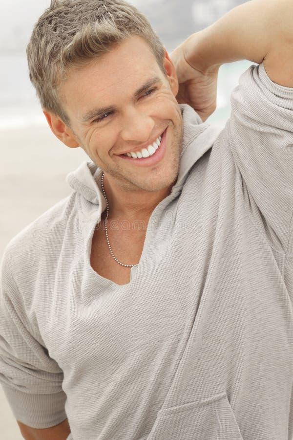 Männliches vorbildliches Lächeln lizenzfreies stockfoto