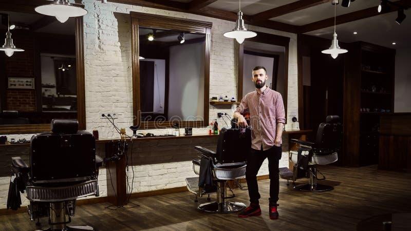 Mäns frisör på arbetsplatsen i barberaren shoppar fotografering för bildbyråer