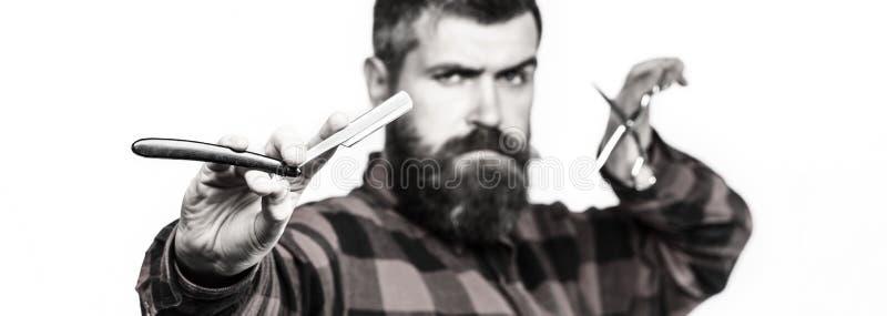 Mäns frisyr som rakar Skäggig man, långt skägg, brutal caucasian hipster med mustaschen Tappningfrisersalong _ royaltyfri bild