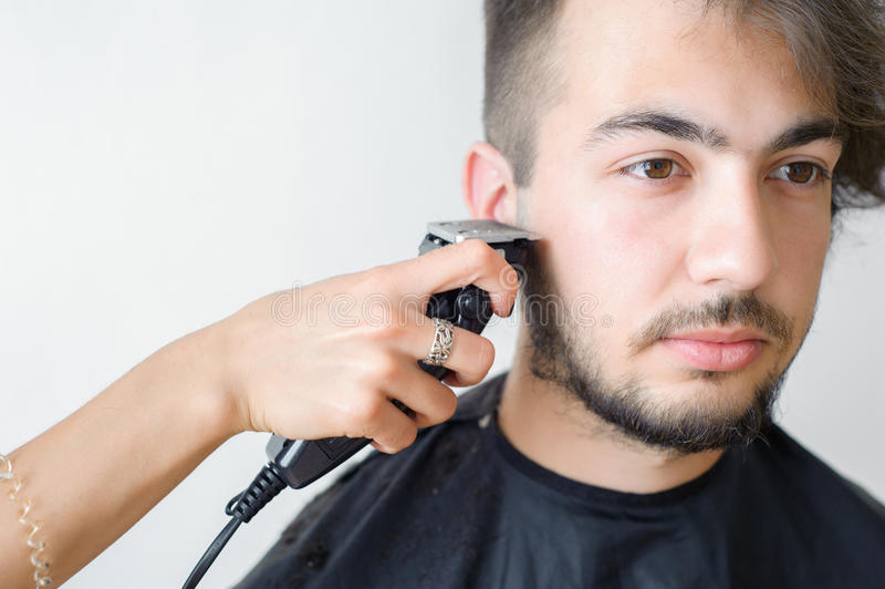 Mäns hairstyling och haircutting i en barberare shoppar eller hårsalongen arkivfoton