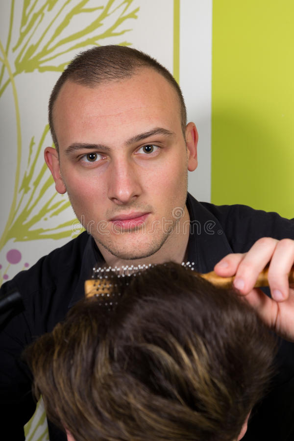 Mäns hairstyling och haircutting med hårclipperen och scissor arkivbild