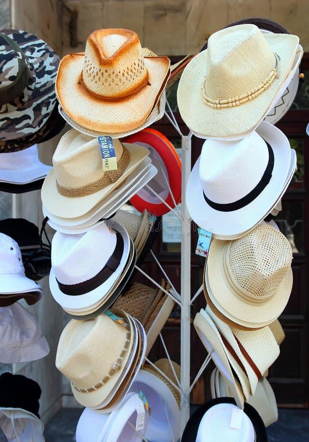 Mäns hattar är olika färger och stilar, Pomorie, Bulgarien, Juli 27, 2014 royaltyfri fotografi