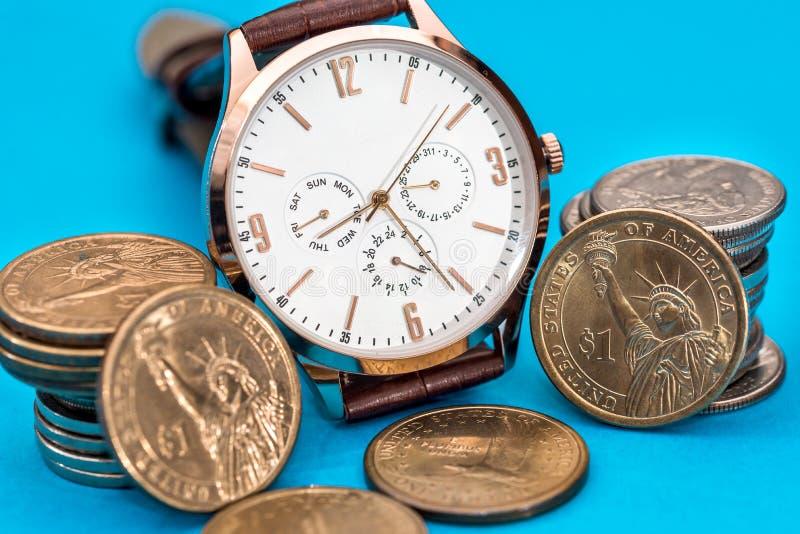 Mäns klocka med USA-myntet arkivbilder