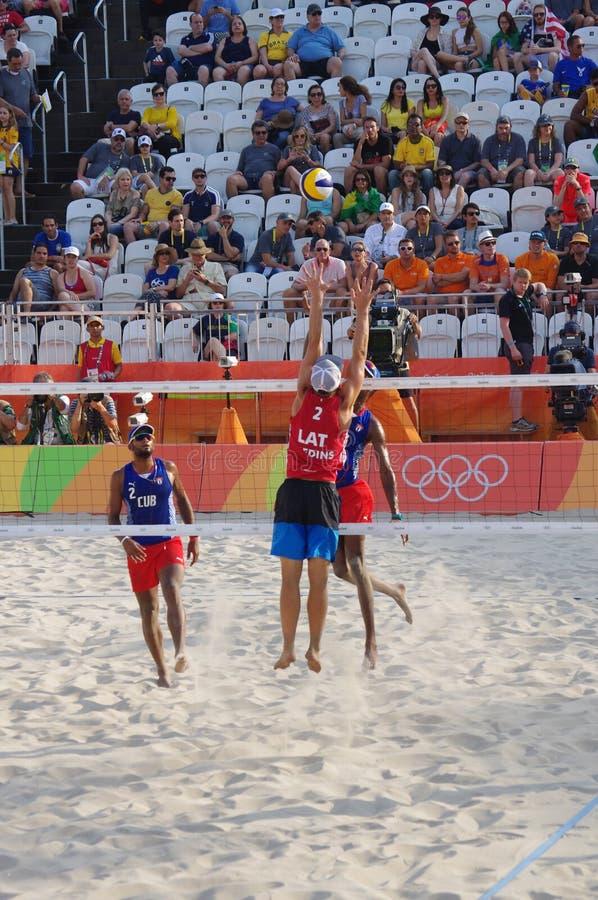 Mäns konkurrens för strandvolleyboll i Rio2016 arkivfoto