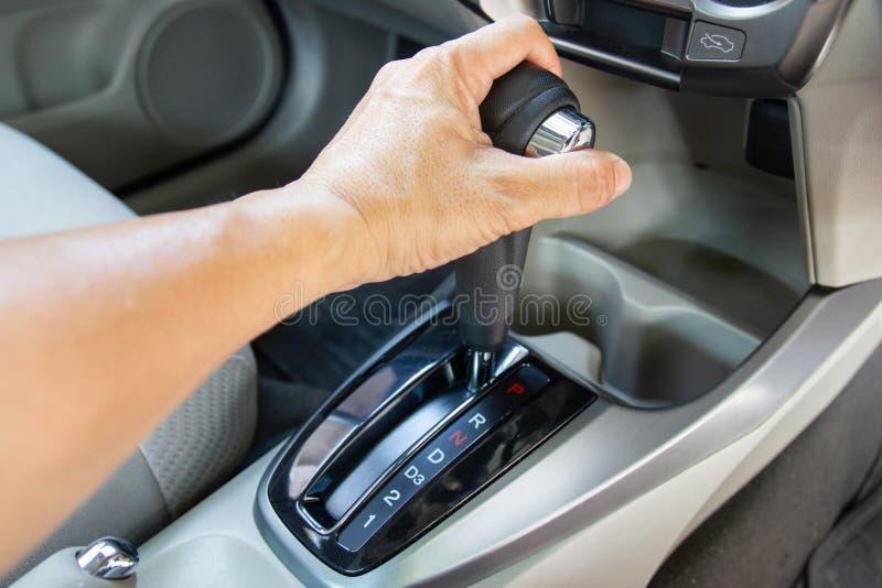Mäns kugghjul för automatisk armför hållkontroll för bilen som skiftar in i P royaltyfri bild