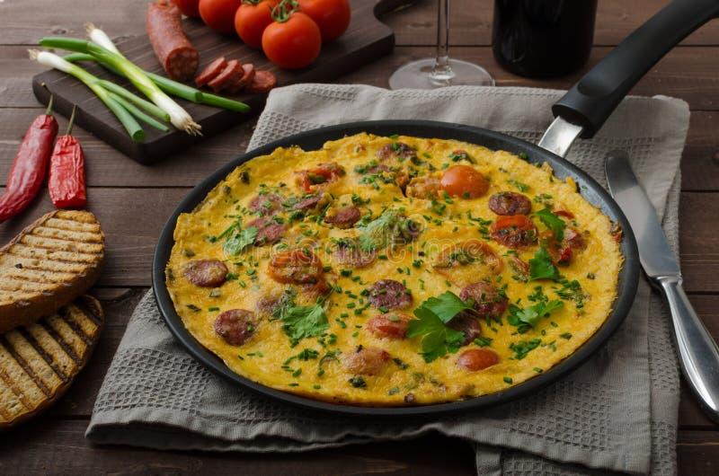 Mäns omelett med chorizoen royaltyfria foton