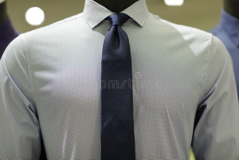 Mäns skyltdocka som bär ett affärsskjorta- och halsband arkivbilder
